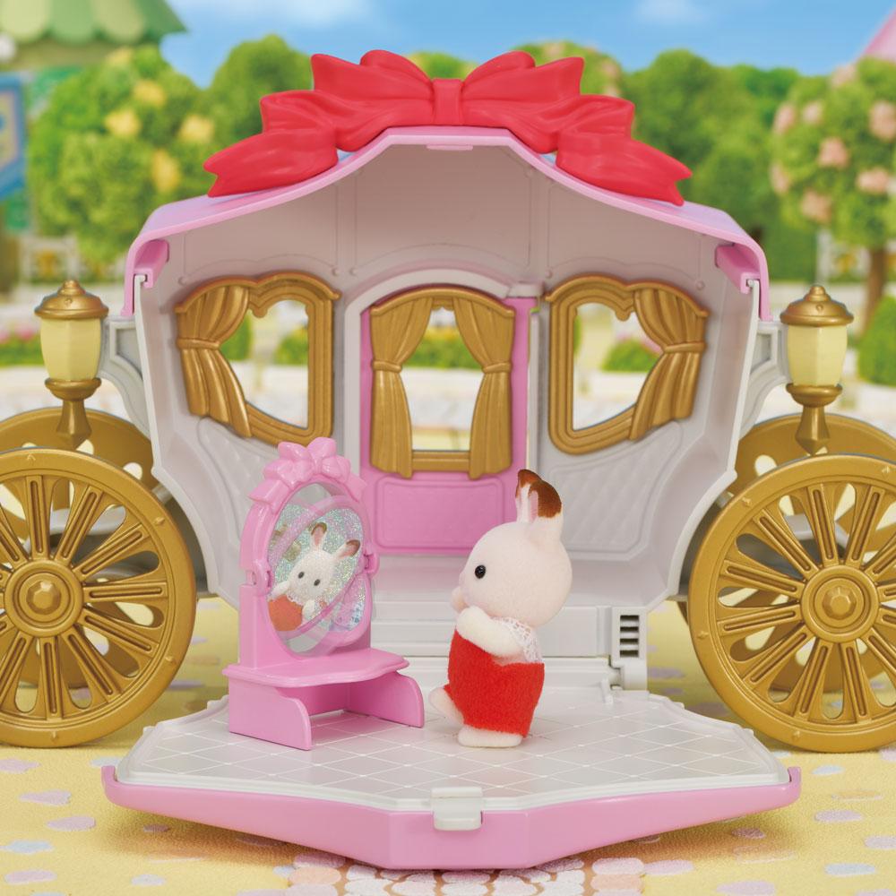 まほうの鏡をのぞいたら・・・ クレムちゃんが、お姫さまに変身✨ シルバニアランドでは、プリンセスにもなれちゃうんです!  「プリンセスとおしゃれ馬車セット」は、7月11日発売です。 くわしくはこちらから。 https://t.co/p6v6xZ7sId  #シルバニアファミリー #シルバニア #新商品 https://t.co/XeLj8UBcag