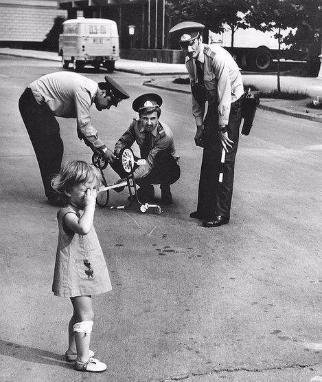 Policemen fixing a broken bike for an upset girl. (1980) https://t.co/v0wj64cRts