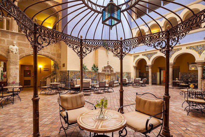Vuelve nuestro ILUNION Mérida Palace con más ganas que nunca a partir del 13 de Julio!! Visita el teatro romano de Mérida y aprovecha para alojarte en un hotel rodeado de jardines tropicales. Reserva ahora en la web https://t.co/E0JQMqxjKv https://t.co/cz3EGKhBAc