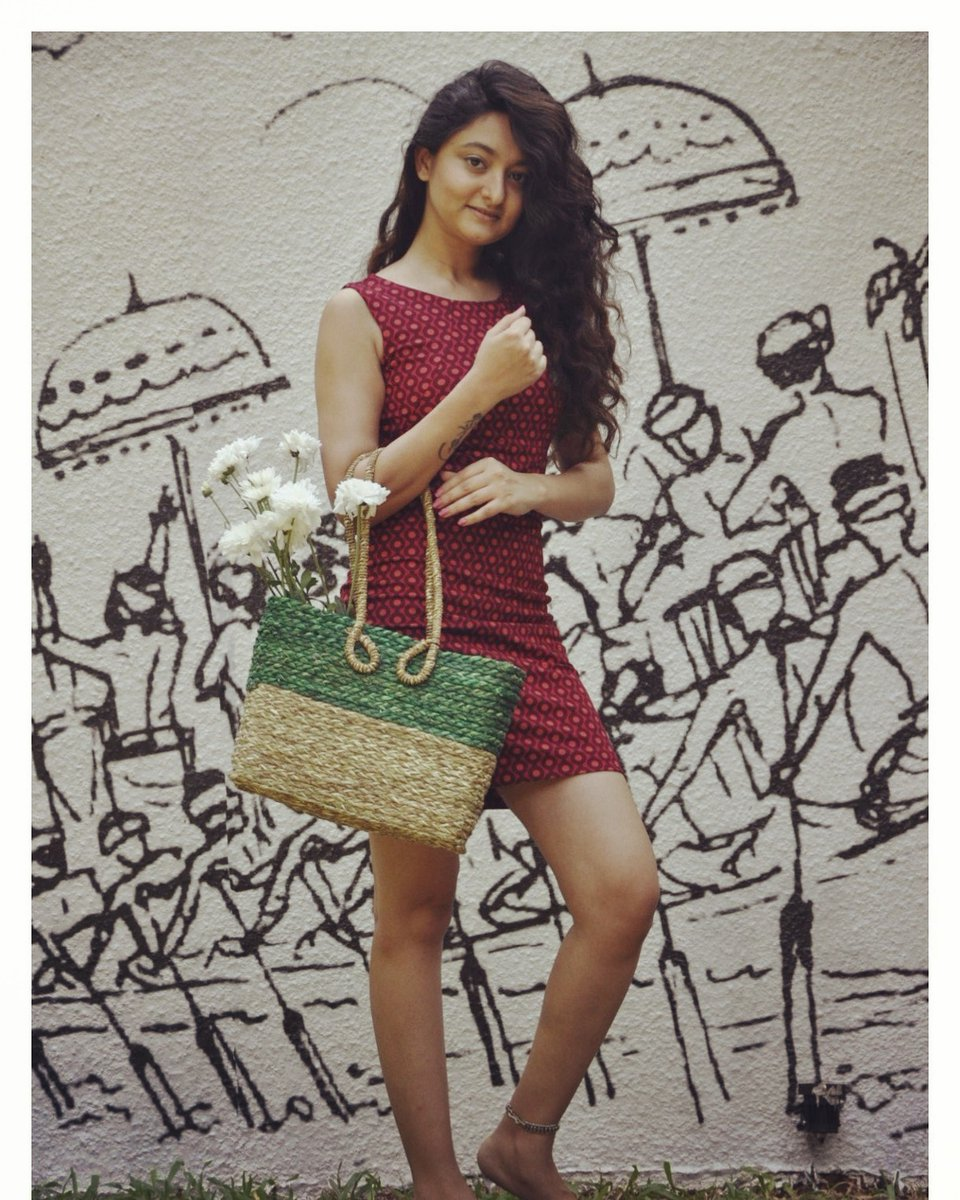 Woven from Odisha's local sabai grass and dyed with azo free dyes, our Stuti Square bags are sturdy, structured and sustainable. #stutisquare #odisha #sabaigrass #vegan #veganleather #veganbags #stylish #coconut #coconutwater #bags #handcrafted #riti #ritiindia #greenfashionpic.twitter.com/fGTwbtfBkc