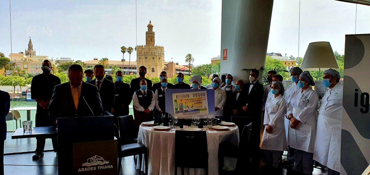 El alumnado de las escuelas de hostelería del @SAEmpleo  participó ayer en #Sevilla en la presentación del Cupón de la @ONCE_oficial en homenaje al sector hostelero.  👩🍳👨🍳Más de medio millar de alumnos y alumnas se han formado en estos centros en 2020.  ℹ️ https://t.co/4P8SCaSNkO https://t.co/xD1ydgOsh0