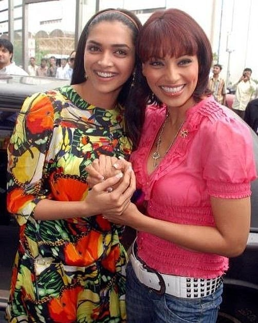 #ThrowbackThursday When dimpled beauties @deepikapadukone and @bipsluvurself flaunted their pretty smiles during the promotion of Bachna Ae Haseeno! https://t.co/LX8hTDo8im
