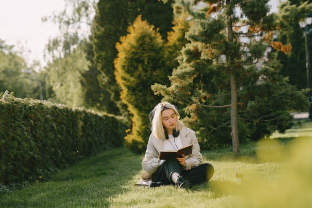 Este verano disfrutaremos más que nunca de los planes de #relax, y a poder ser al aire libre. ¿Te animas a completarnos con una buena #lectura? En nuestro #blog te dejamos nuestras #recomendaciones de libros para devorar los próximos meses 📚