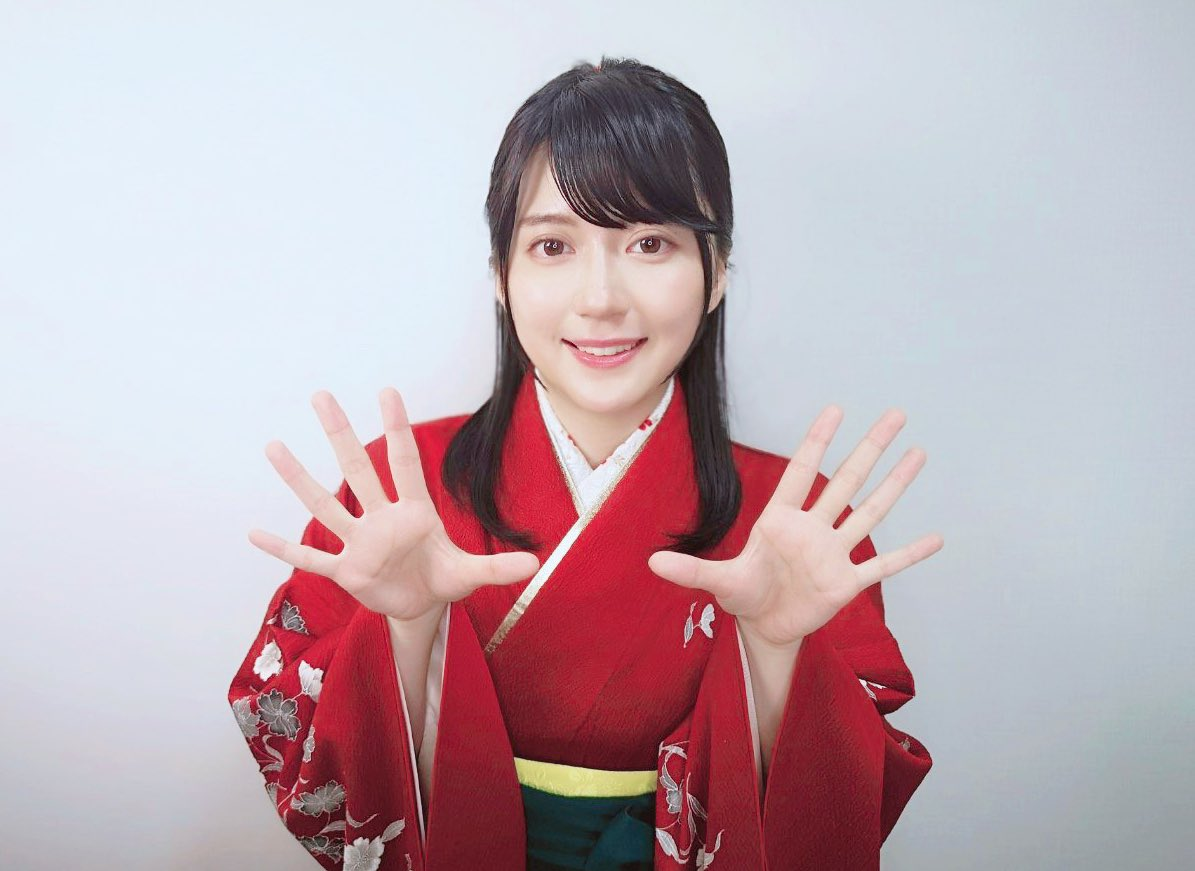 ご報告です。私事ではございますが、さきほどYouTube「女流棋士・香川愛生チャンネル」チャンネル登録10万人を達成しました…!たくさんの応援、本当にありがとうございます。これからも自分にできるかたちで将棋の魅力を伝えていけるようがんばりますので、よろしくお願いします!!
