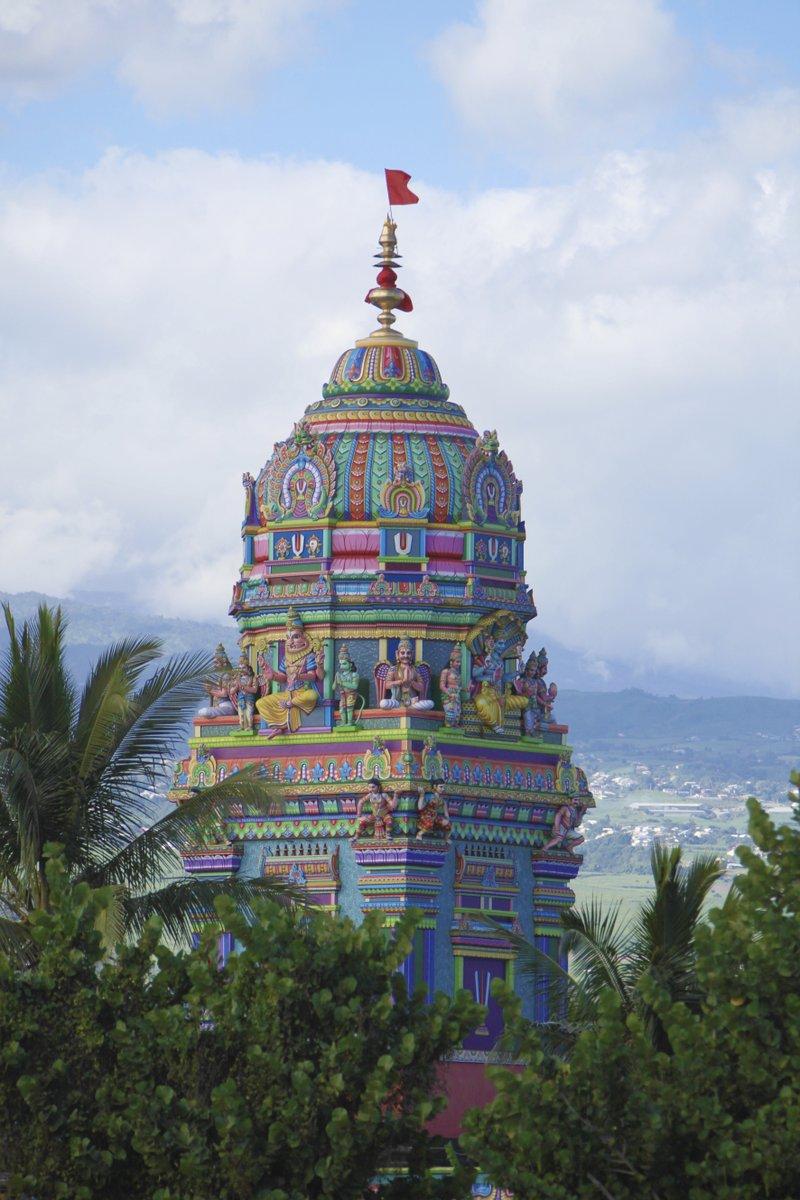 Soutenez le temple Tamoul Narrassingua Péroumal au concours du Monument préféré des Français sur @France3tv avec @bernstephane !  Voter ici -> https://t.co/YckAUglXiV  #LaReunion #GoToReunion #ileintense #reuniontourisme #MonumentPréféré https://t.co/Y69zy77S4j