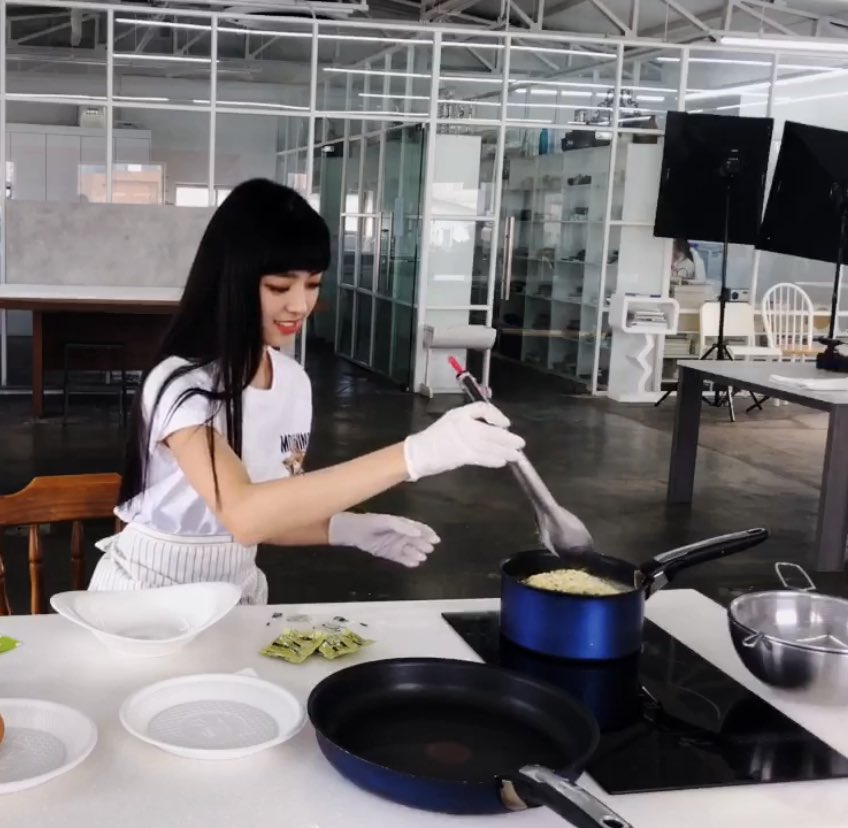 why she using tongs we all know chopsticks are the best utensils pic.twitter.com/RyQJw1UMv1
