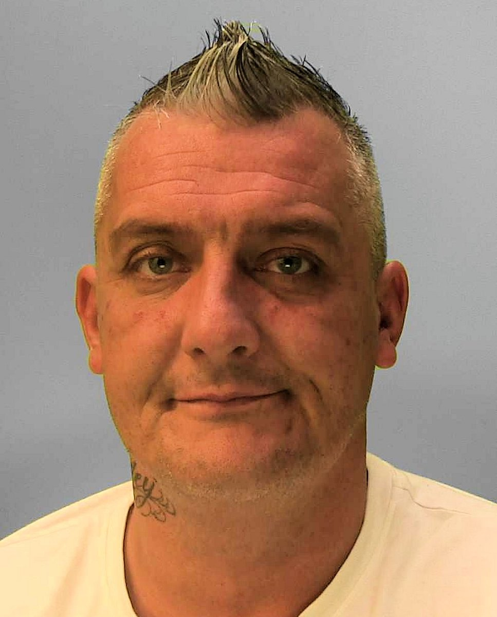 Have you seen this man?   Stephen Lowe is wanted on recall to prison, and in relation to an assault, threats to kill, criminal damage, and controlling and coercive behaviour.  He is known to have links to #Brighton, #Hove and #Peacehaven.   Read more ➡️ https://t.co/GNYzFsTZ10 https://t.co/Q8VQrTtiUS