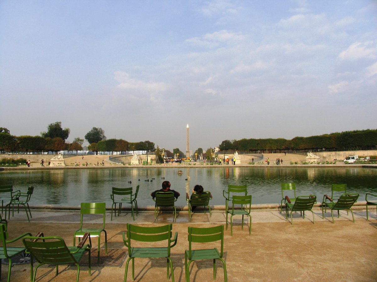 Seating around the pond at the Tuileries Garden #Paris #France pic.twitter.com/nn9jhH5GgD