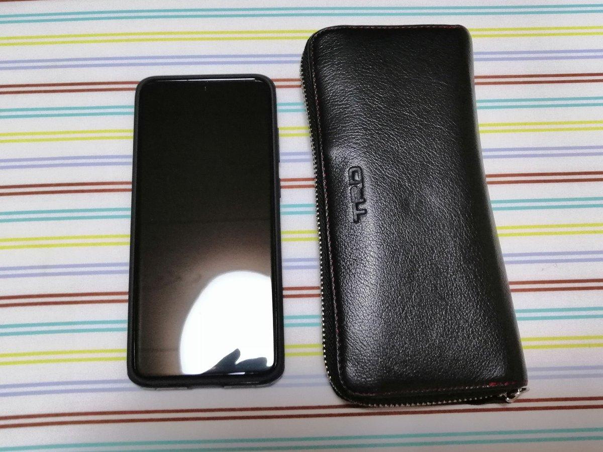 #GalaxyS20Plus 財布と長さがそんなに変わらなくて草 pic.twitter.com/RrpZA1bZos