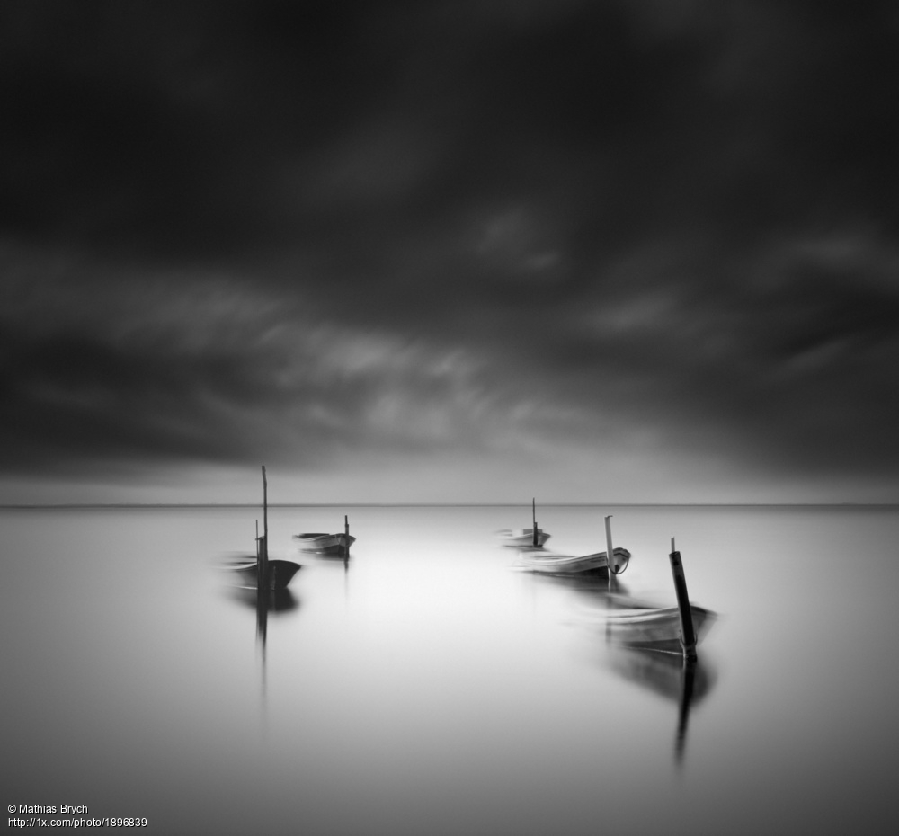 'floating boats' by Mathias Brych. https://1x.com/photo/1896839/popular:all… #blackandwhitephotography #longexposure #seascape #boatspic.twitter.com/8lzDVbBMNF