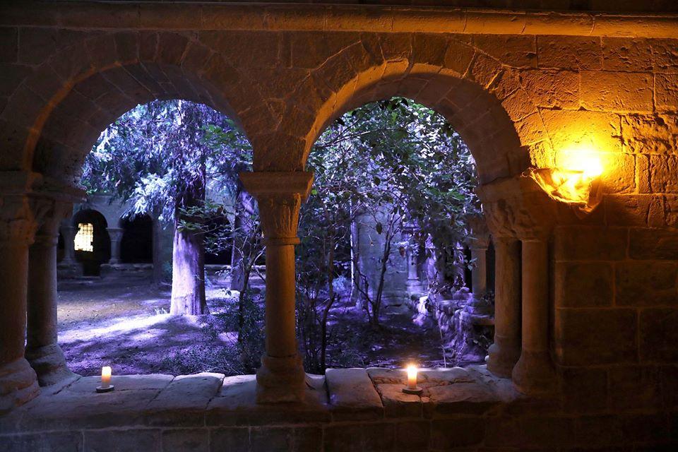 @MonStBenet reobre a partir del 17/7 i ens proposa un recorregut per conèixer els estius de principis de segle XX de la familia Casas. 🎩🚶😍 🌄 Quan el sol es pon el monestir és un indret màgic! Vine a gaudir-lo! 👉 monstbenet.com/ca/activitats @PedreraFundacio @bagesturisme