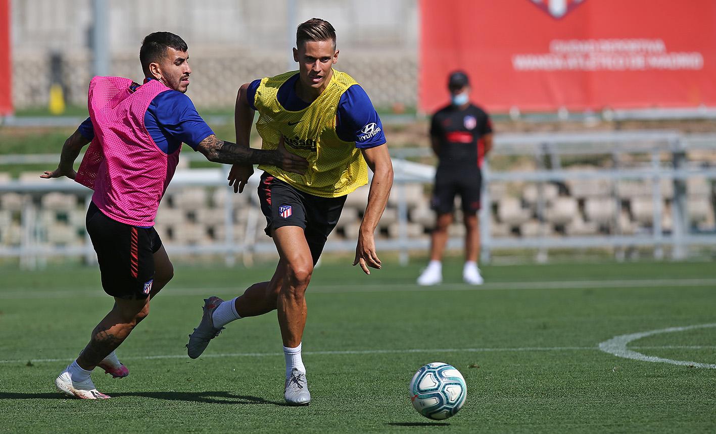 Correa y Llorente disputan una pelota con Simeone de fondo (Foto: ATM).