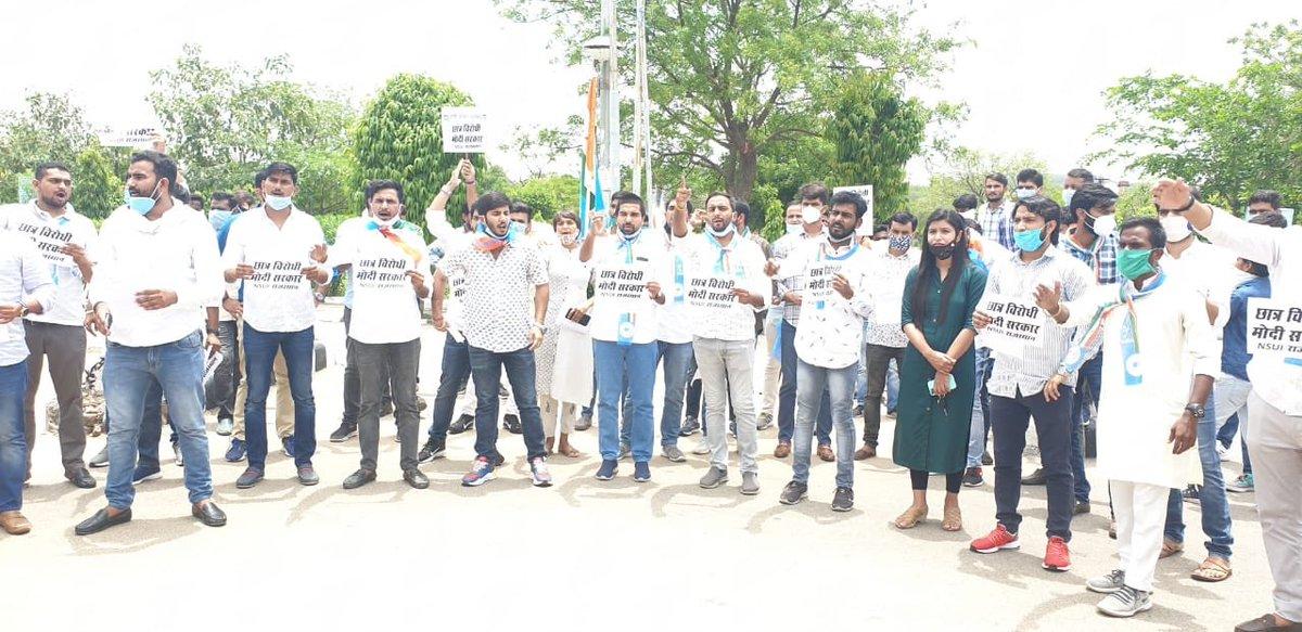 आज राजस्थान @nsui द्वारा राजस्थान विश्वविधालय, जयपुर में केन्द्र सरकार द्वारा छात्रों की अंतिम वर्ष के लिये UGC गाइडलाईन के ख़िलाफ प्रदर्शन कर विरोध दर्ज करवाया    #छात्र_विरोधी_मोदी_सरकार #speakupforstudents   @SachinPilot @guptarpic.twitter.com/lL7Z6Miop5