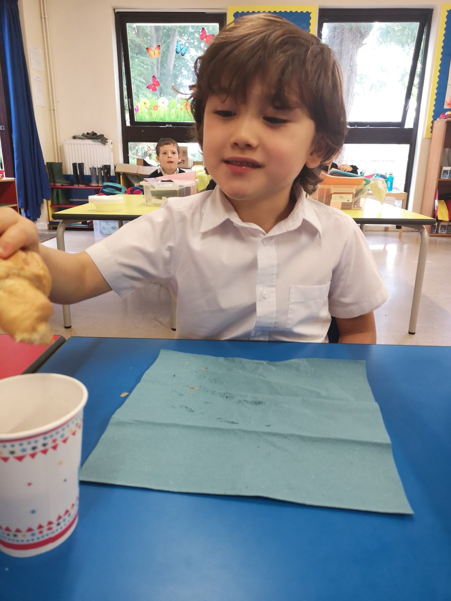 Our Reception Class enjoyed a delicious hot chocolate and croissant breakfast before starting their French lesson this morning, where they are currently learning about colours! #studentsthrivepic.twitter.com/jAxHjJrtjp