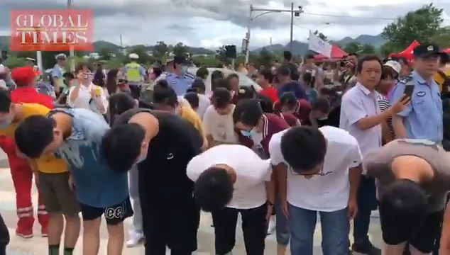 Students at the flood-battered Yi county, Anhui Province, bowed to a group fo soldiers who helped them fight the torrential rains and flooding, upon the completion of their last make-up #gaokao examThursday afternoon. The soldiers saluted the students in response.
