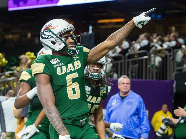 """UAB WR Austin Watkins Jr. is probably used to being referred to as """"Sammy's cousin"""" but he's talented enough to make a name for himself at the next level. Simply runs by people in C-USA. Watkins is the top G5 receiver the @seniorbowl has watched so far. #TheDraftStartsInMOBILE https://t.co/qk7xQFydTf"""