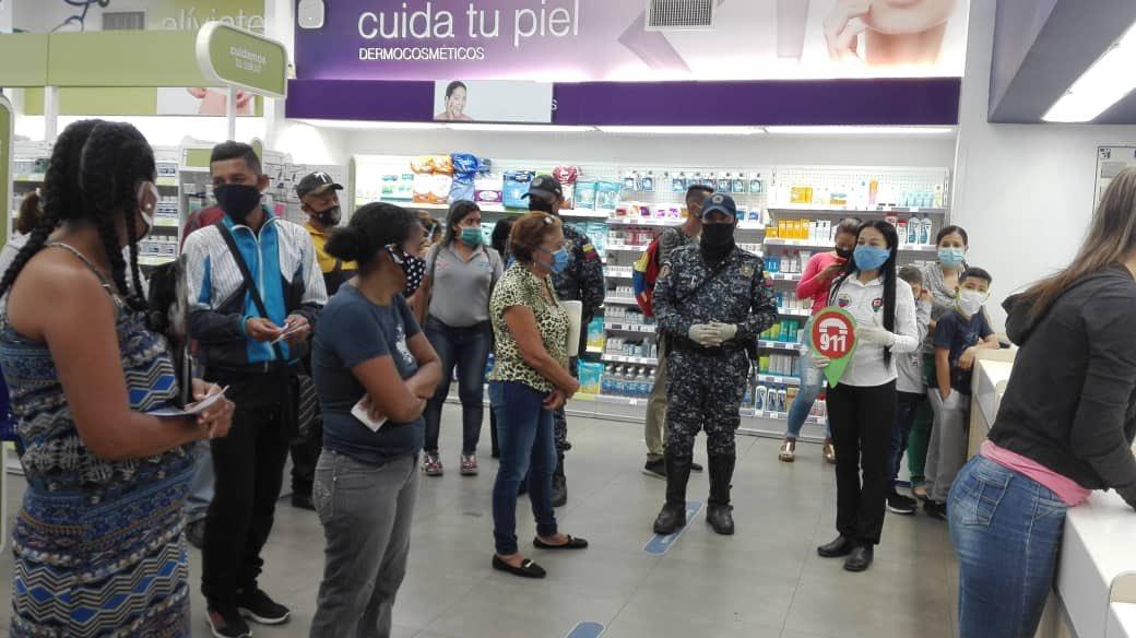 #VEN911Oficial   #09Jul En los espacios del FARMATODO ubicado en la calle 32 de Barquisimeto, el #VEN911Lara Realizó abordaje informativo con @pnbcomunallara , se les instruyó acerca de las medidas preventivas para evitar futuros contagios por #Covid19. #SaludYProtecciónPopular https://t.co/ECIQpLWJWv