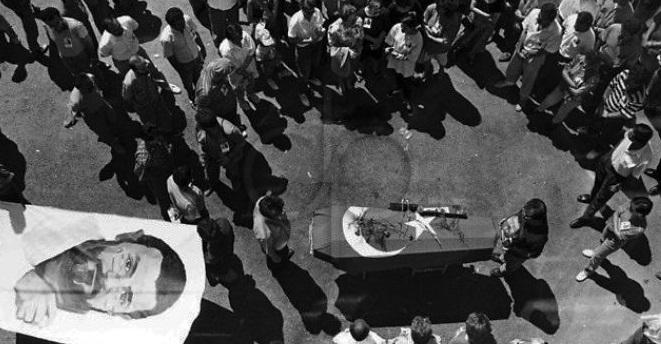 """Sivas Katliamı'ndan ağır yaralı olarak kurtulup, 9 Temmuz'da hayatını kaybeden şair-yazar #MetinAltıok'u saygı ve özlemle anıyoruz.   """"Yarın farklıdır bugünden, Adı değişir hiç olmazsa, Kara bir suyu Geçiyoruz şimdilerde Basarak yosunlu taşlara."""" https://t.co/MLoZKT5hXT"""
