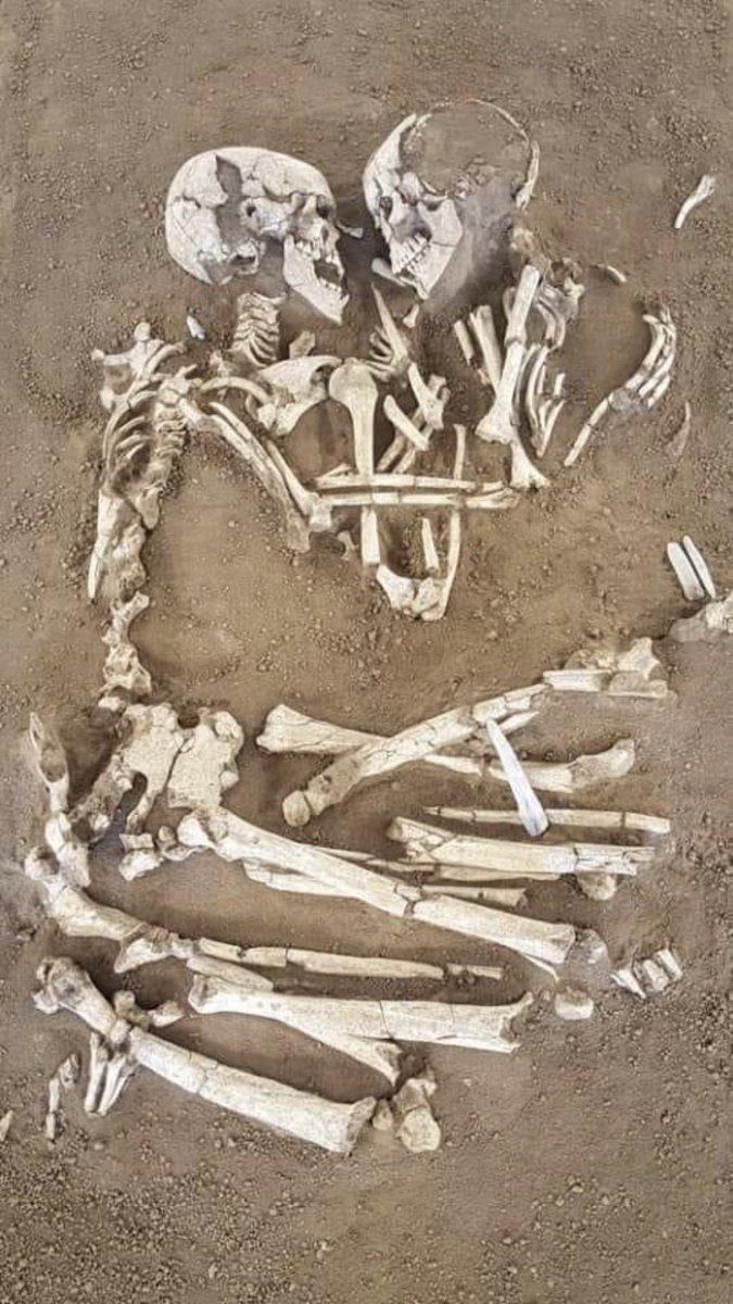 Fascinant  Les amoureux de Valdaro, découverts par des archéologues dans une tombe à San Giorgio près de Mantoue en Italie. Le couple se tient depuis 6 000 ans. https://t.co/elGi863j5n