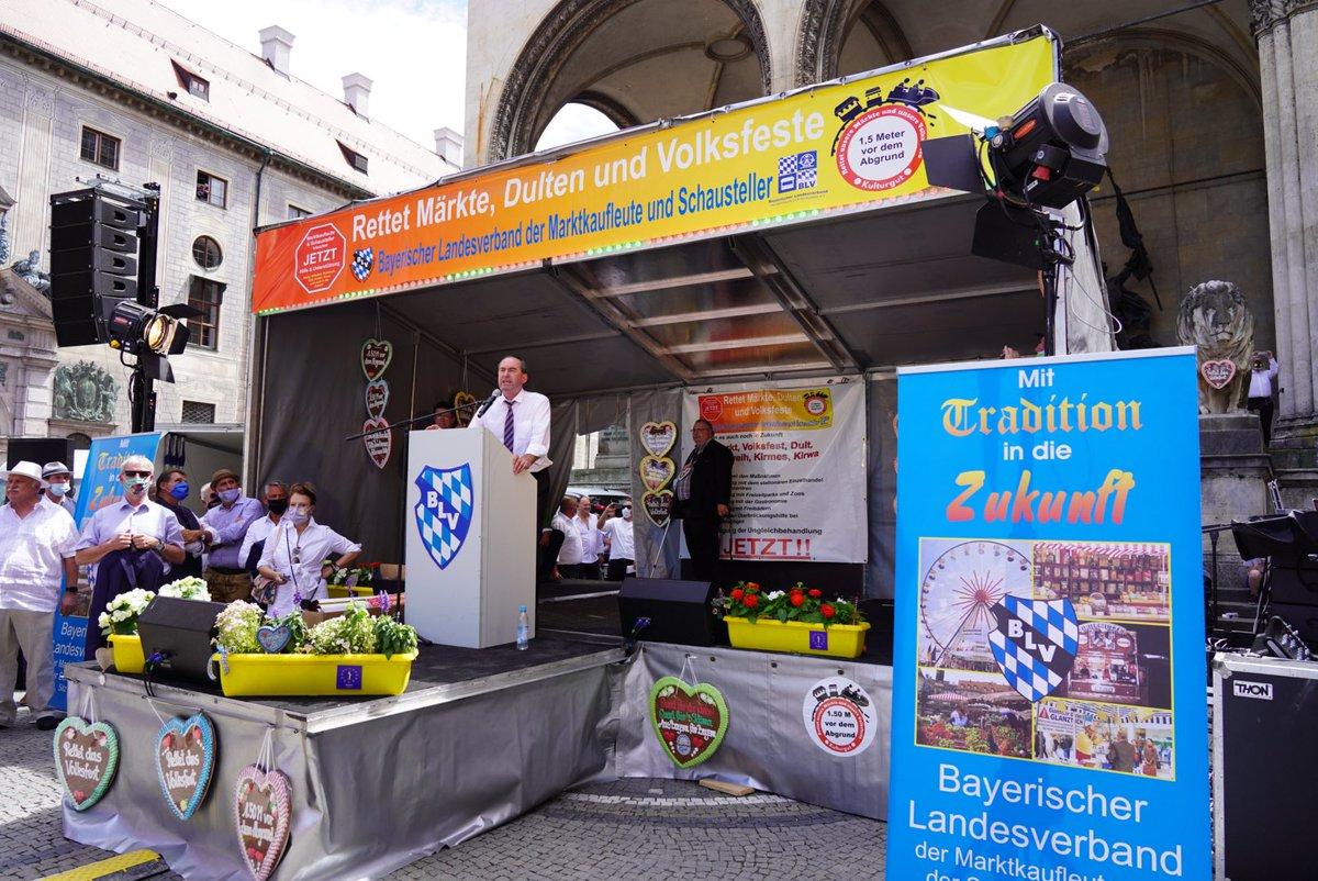 """""""Rettet Märkte, Dulten und Volksfeste!"""" fordern Bayerns Schausteller heute auf einer Kundgebung.  Wir haben Verständnis für die Sorgen & Interessen der Branche - @HubertAiwanger hat als Gestredner bekräftigt, sich für die Lockerung der coronabedingten Beschränkungen einzusetzen. https://t.co/xKIBI17F3D"""
