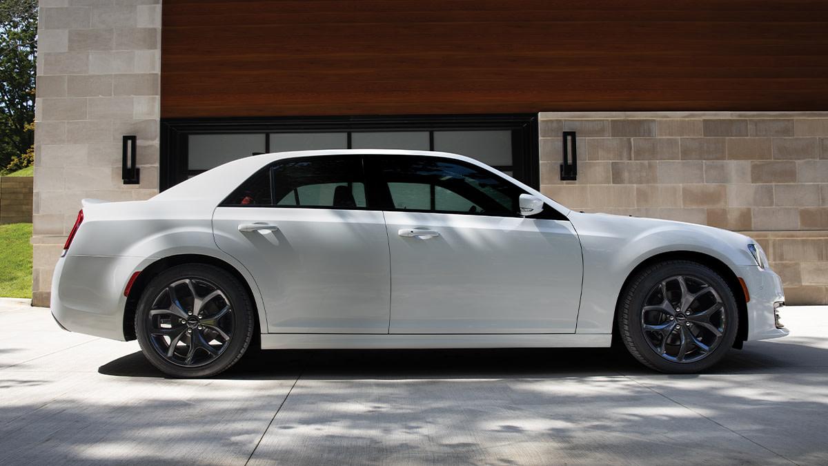 The perfect mood setter. #Chrysler300 #Wheels https://t.co/pli35ew7sO