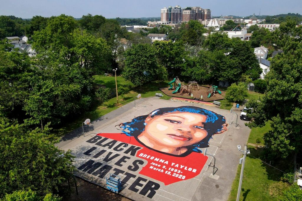 Say her name - Breonna Taylor portrait, 7,000 square feet, completed in Annapolis MD by volunteers over the July 4th holiday weekend. It's awe-inspiring! #SayHerName #BlackLivesMatter #ComfortHealingAwareness #BreonnaTaylor #CommunityHealing  https://otdmorningbriefs.com/mind%2C-body%2C-%26-soul/f/community…pic.twitter.com/aA8xlLo4Ym