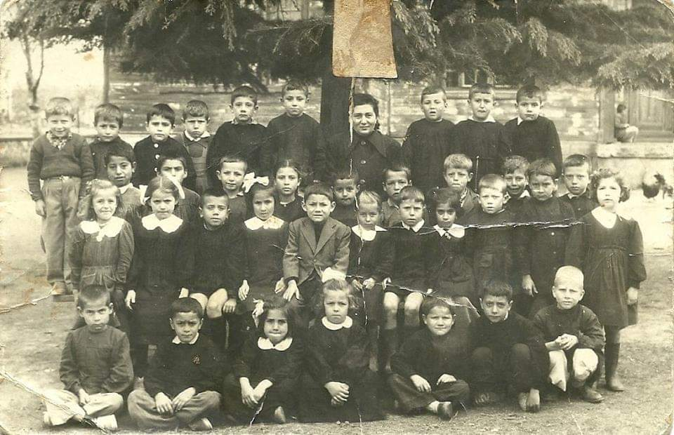 Arşivimizde böyle bir fotoğraf bulduk, yıl 1953, okul Feyzullah İ.Ö.O. Tanıyanlar varsa etiketleyelim. 🤗 https://t.co/QF4lskRRD9