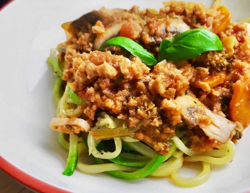🌱Spaguetti de Courgette com molho de Bolonhesa de Seitan🌿Logo mais tem receita no blog  #vemveganear #spaghetti #bolognese #vegan #veganrecipes #vegetarian #vegetarianrecipes #blogger #meumundoverde