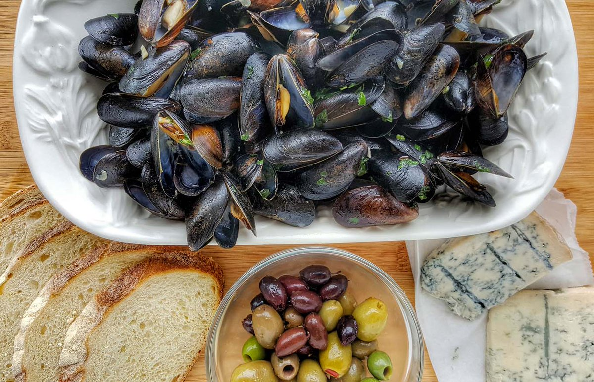 Do you love Mussels? I bet you didnt know that theyre one of the easiest Restaurant-Style dishes you can make in your home kitchen. Read my posts for tips on buying mussels and how to prepare them. #seafood #mussels #chef #recipes Recipe Here -> bit.ly/ACDmussels