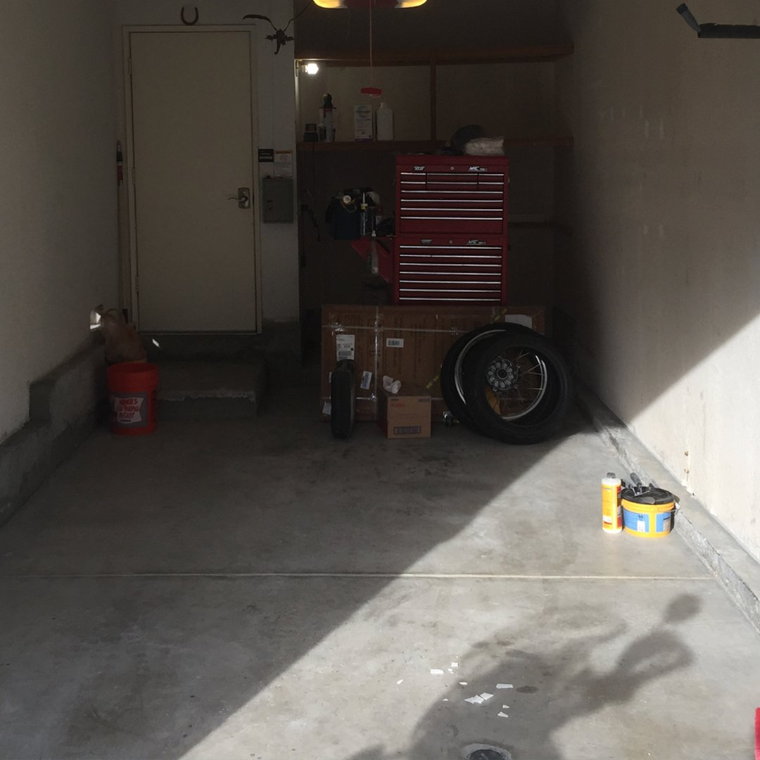 When you put a little time and effort into your garage it turns out like this. WOW 👀 . . . #Swisstrax #ModularFloor #GarageGoals #GarageTransformation #BMW #i8 #Ribtrax #RoyalBlue #PearlGrey #JetBlack https://t.co/0B9IiFpiIm