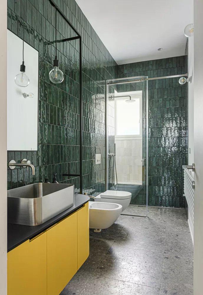 Olha o nosso #DécorDoDia de hoje: este banheiro com ladrilho colorido e piso de granilite 😍 Gostam?  https://t.co/ylJINdUASN https://t.co/qN3y9HbirR