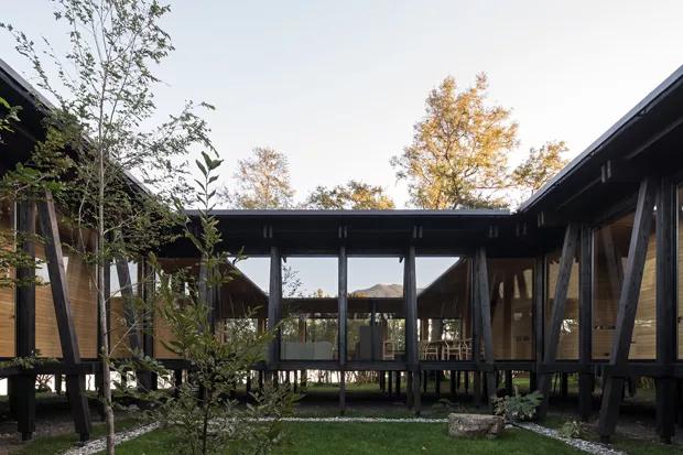 Projeto inspiração de hoje: esta casa de campo com décor minimalista às margens de um lago no Chile ❤️ Que tal?  https://t.co/DQ4kjuU3Mb https://t.co/MzohCNJ9Tl