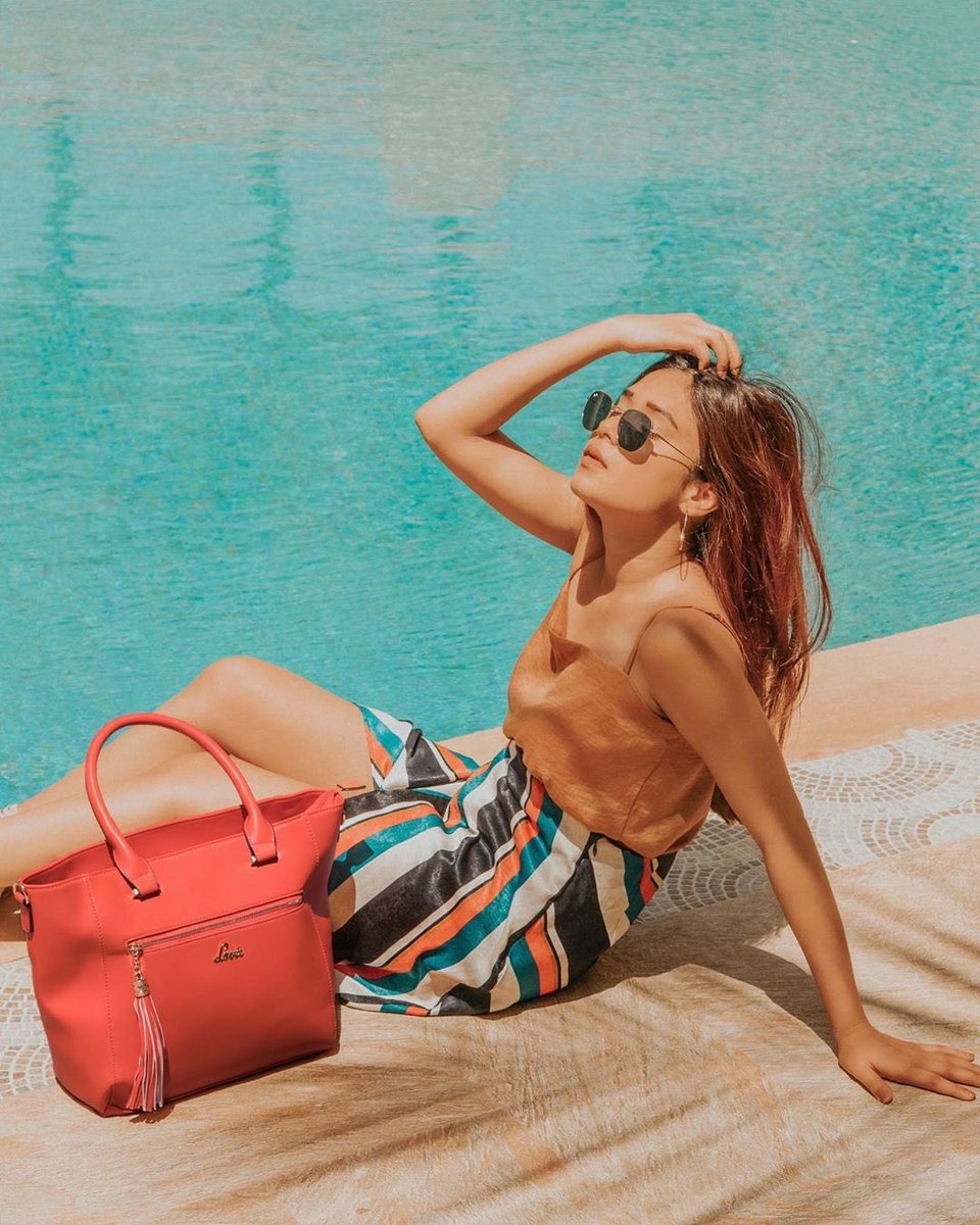 Life is water-ful! Comment 🌊 if you're an aquaholic & missing #lifebeforequarantine! ⠀ x⠀ To shop, click this link  x⠀ #poolside #coolvibes #stylealert #trendybag #satchelbag #stylishbag #waterful #poolvibes #fickleisfun