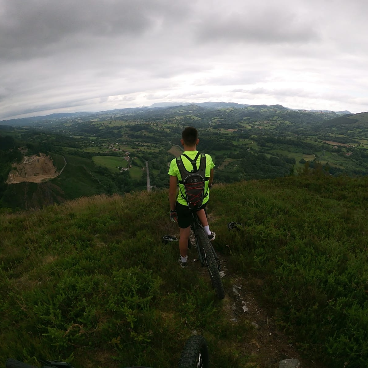Disfruta de la sensación de libertad que te da la montaña. https://t.co/Sw2n0mnyEV #puraaventurayocio #bike #bikeinstagram #piloña #btt #turismoasturias #turismonacional  #ebike #bicielectrica #alquilerdebicicletaselectricas #vistapiloña #tierradeasturcones https://t.co/ttH4xHuEJK
