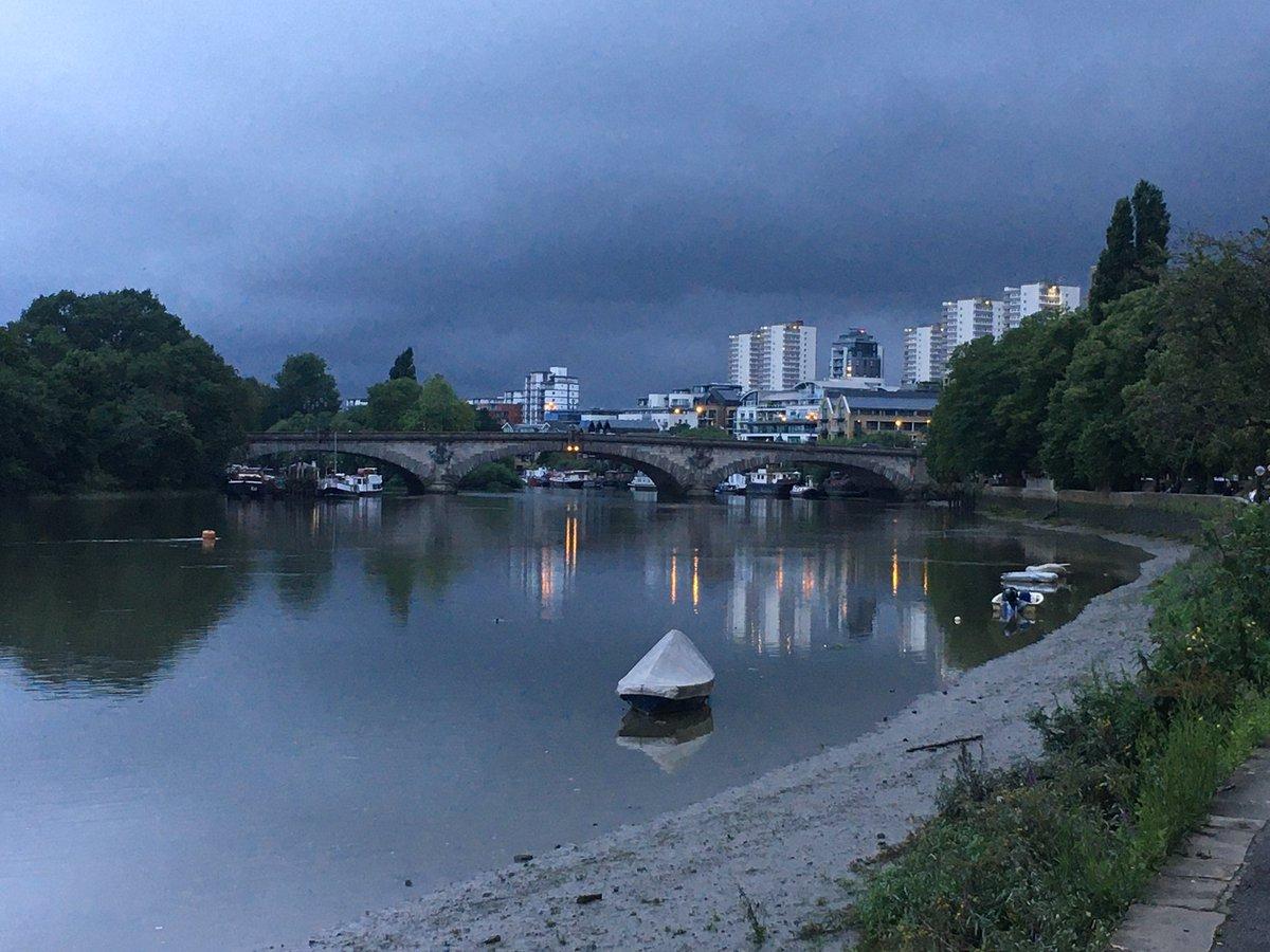 Will it rain on me?  #rainclouds #london #walkpic.twitter.com/AH6Ocg56zR
