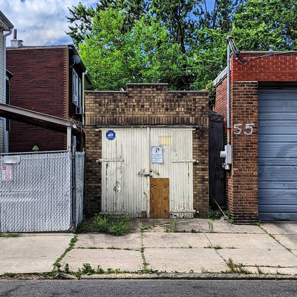 North Street Jersey City NJ.  #jerseycity  #jcheights  #07307 #ilikedthecolors #urbex  #streetscape #urbanscape #urbanlandscape #street_photography #streetphotography #googlepixel3a #teampixel #nycspc #myspc #capturestreets #spicollective #storyofthest… https://instagr.am/p/CCbvm6Xj80n/pic.twitter.com/7vW6HHg4Ls