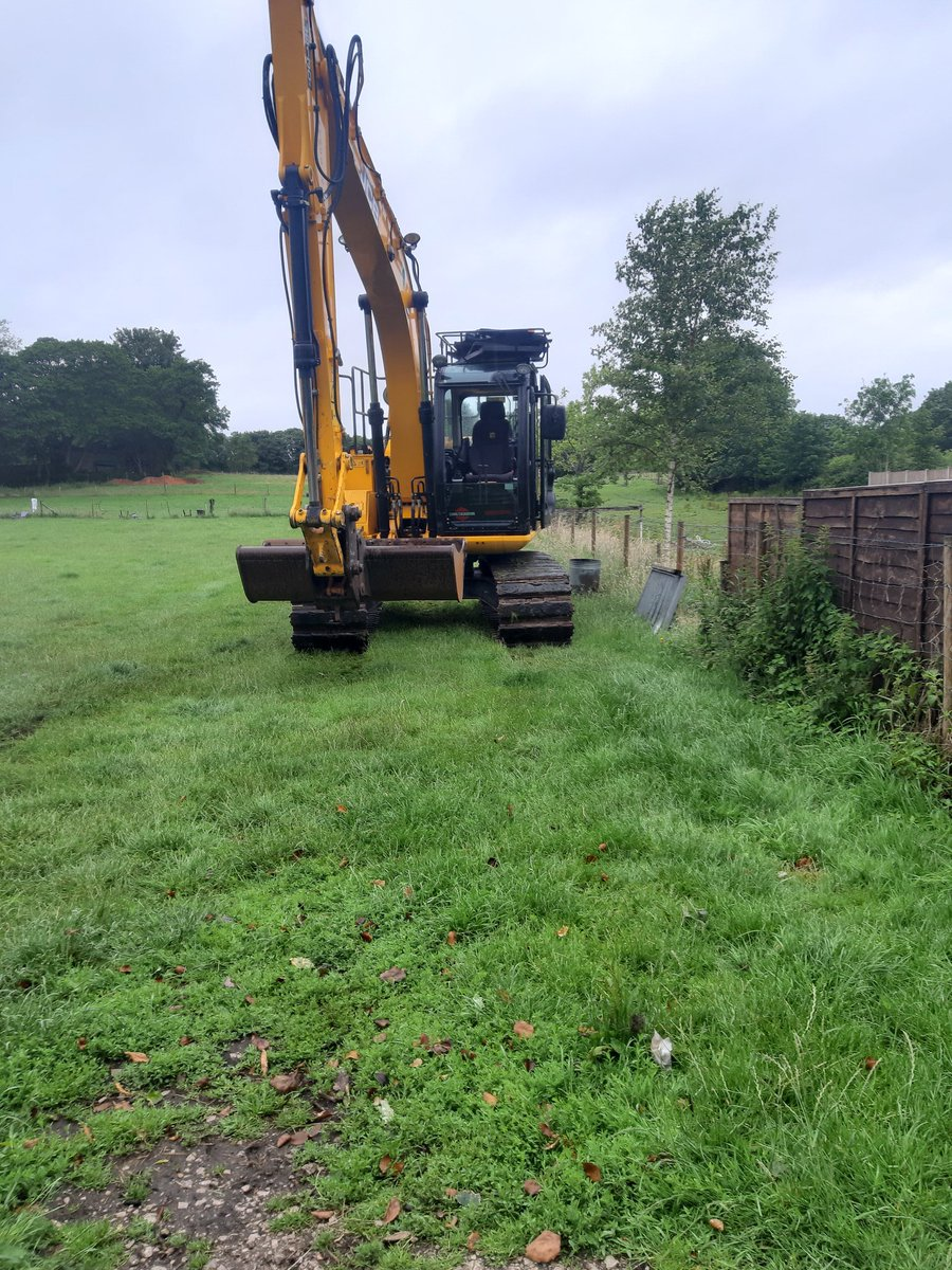 Temporary road for parking put in through a field in Wilmslow #diglikeagirl #girlboss #smallbusiness #FemaleEntrepreneur #workingmummy #evansexcavation #womeninconstruction #womensupportingwomen #earthmovers #js130 #Wilmslow pic.twitter.com/SyrDuuE7sY
