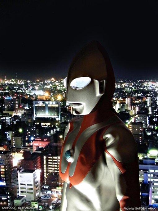【7月10日・ウルトラマンの日】『夜の都市に佇む光の巨人』(1)「夜景 ビル」を画像検索(2)選んだ画像をPCもしくはタブレットでフルスクリーン表示(3)フィギュアを置いて、下からライトアップ(4)部屋を暗くして撮影(スタンド使用推奨) #ウルトラマンの日