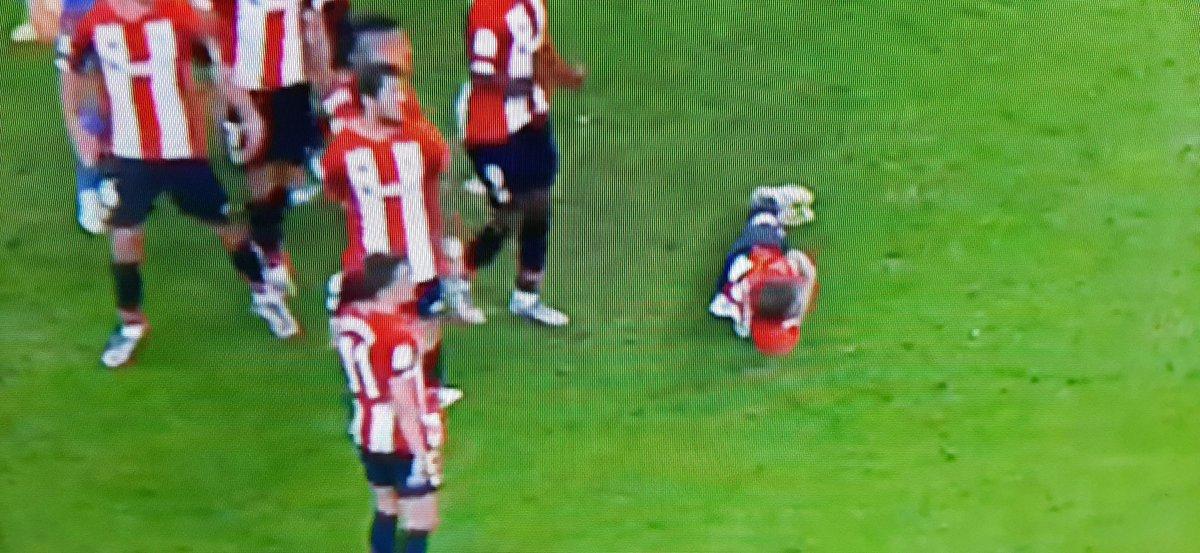 Muy grande @IkerMuniain10 cómodamente tumbado para no perderse el golazo de Banega. #VamosMiSevilla https://t.co/8eWYRrCuj4