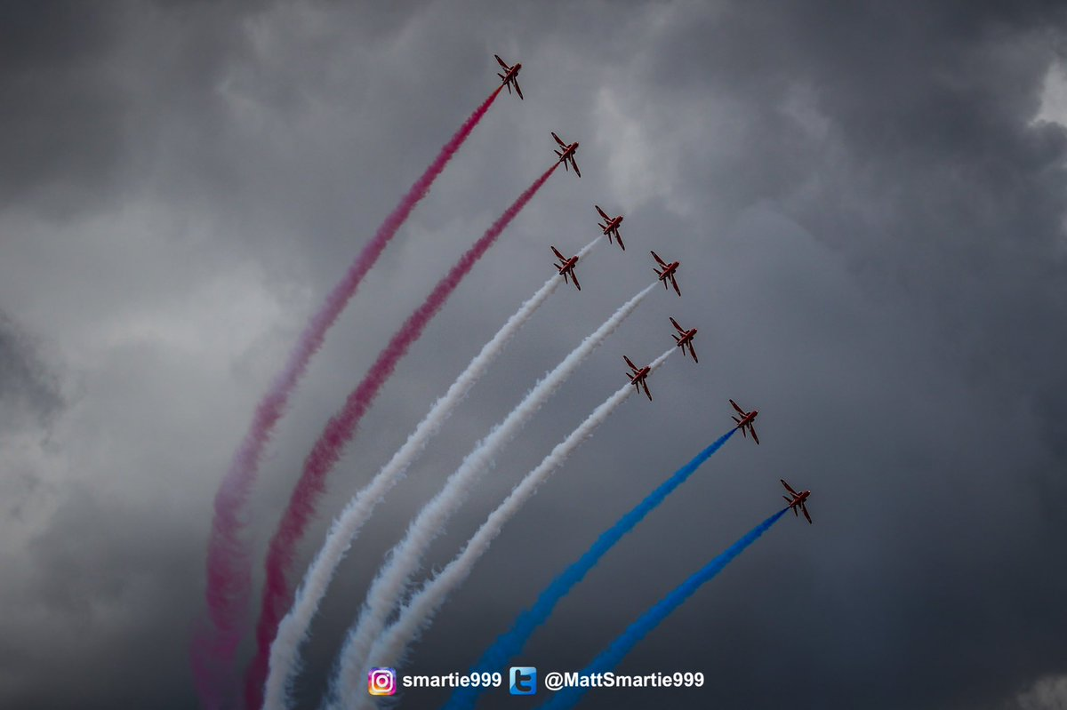 🔴⚪️🔵 Under moody skies at @airtattoo last year   @ThePhotoHour @rafredarrows #AvGeek #aviation @BAESystemsAir #aviationphotography https://t.co/9odggyI5eN