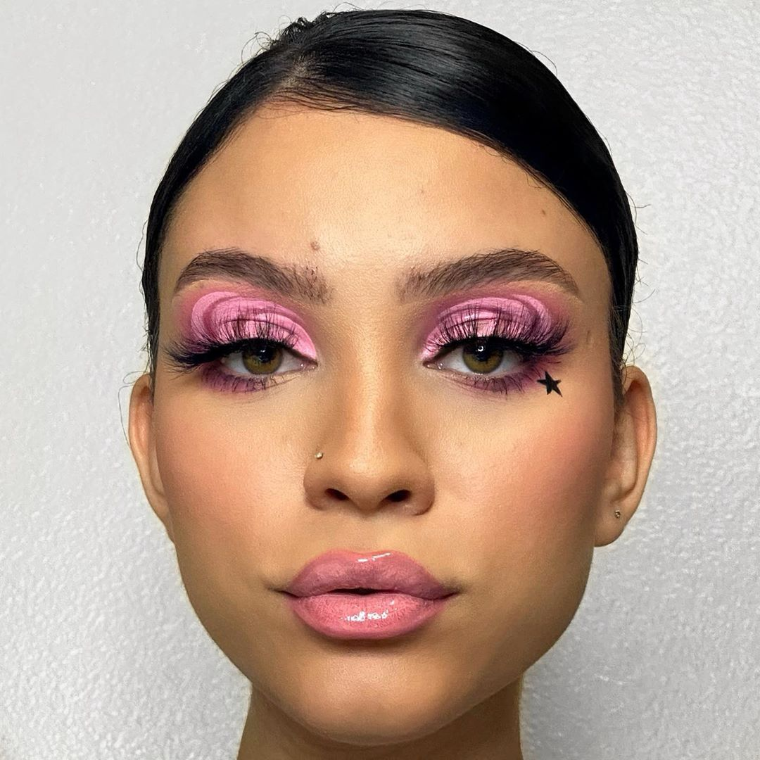 Gem Srodri is snapped with this trippy bubblegum look using our Modern Neutrals Palette #BHCosmetics   https://www.bhcosmetics.com/products/modern-neutrals-28-color-matte-eyeshadow-palette…pic.twitter.com/VxV77A6NMY
