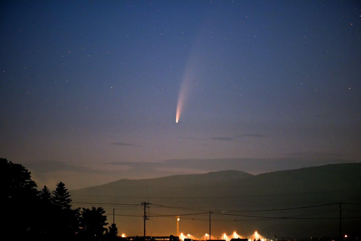 今撮影(7/10)してきたネオワイズ彗星です(C/2020 F3 NEOWISE彗星)晴れたので薄明の中でも肉眼でも楽に見えました!双眼鏡だと輝く核と尾が見事でした!Nikon D810A SIGMA150mm F2.8 三脚固定5秒露出 ISO1250。北海道名寄市弥生地区で撮影#ネオワイズ彗星   #NeowiseComet  #C/2020F3 #名寄市
