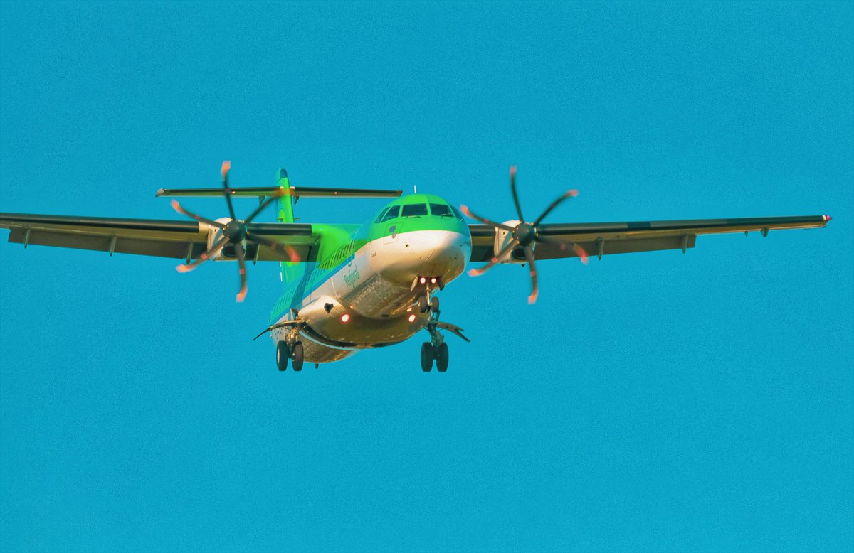 Aer Lingus ATR-72 flying in to @bhx_official viewed from Sheldon Park. #BHX #Ireland #shamrock #planespotting #avgeeks #avgeeks #aviationphotography #aviationdaily @johnbilcliffe @617Air https://t.co/HlH8ZbKMOr