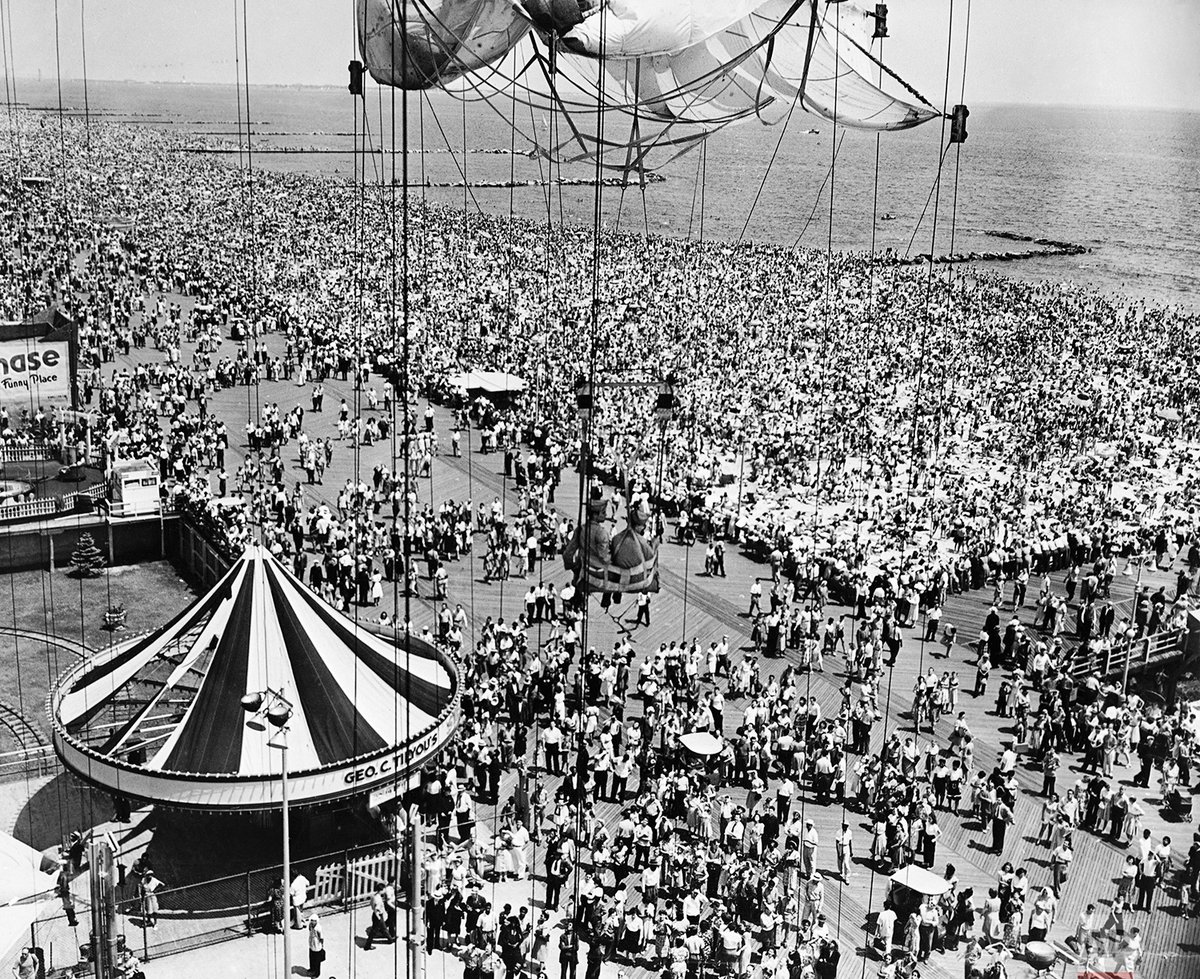 #TBT A general view of a crowded Coney Island is seen from the Steeplechase Park parachute drop in New York on July 9, 1946. https://t.co/T5XKNVww4v https://t.co/nfSVIXws0k
