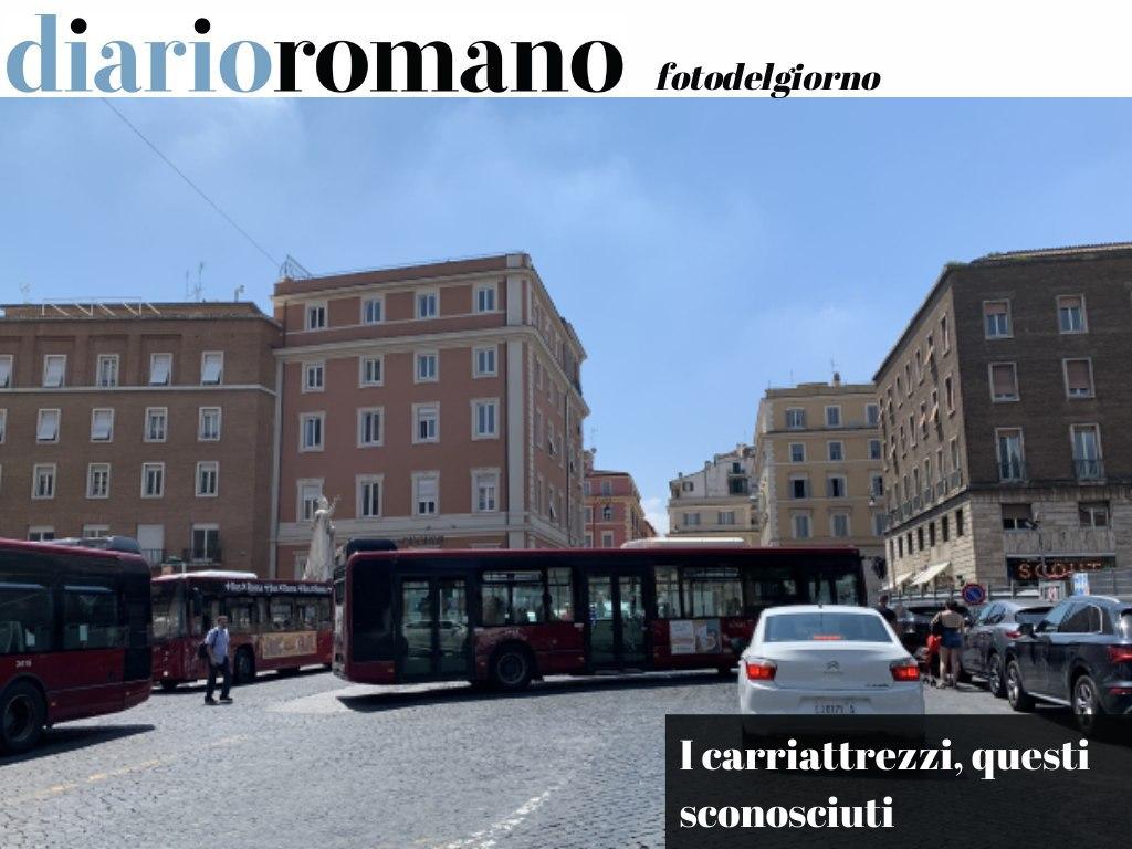 test Twitter Media - Piazza Augusto Imperatore: sempre grandi manovre necessarie agli #autobus per la perenne sosta selvaggia (gestita da parcheggiatore abusivo). Vigili e carriattrezzi mai pervenuti. . #Roma #foto #lettori 📸 https://t.co/IBETUp5Wr4