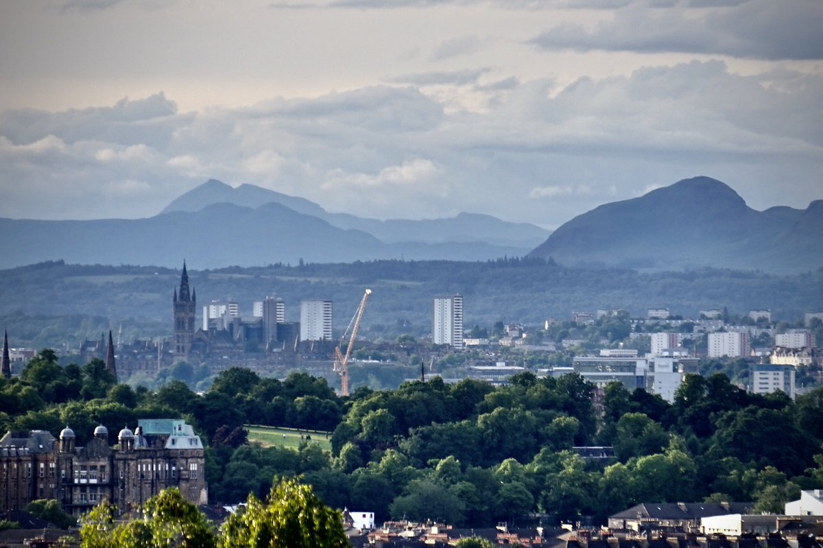Pin-sharp visibility tonight from the south side of Glasgow. The spire of Glasgow University sits below the huge bulk of Britain's 16th and 18th highest hills, Ben More and Stob Binnein, 40 miles distant. Dumgoyne, right, makes a shapely cameo. https://t.co/7GDriagPKw
