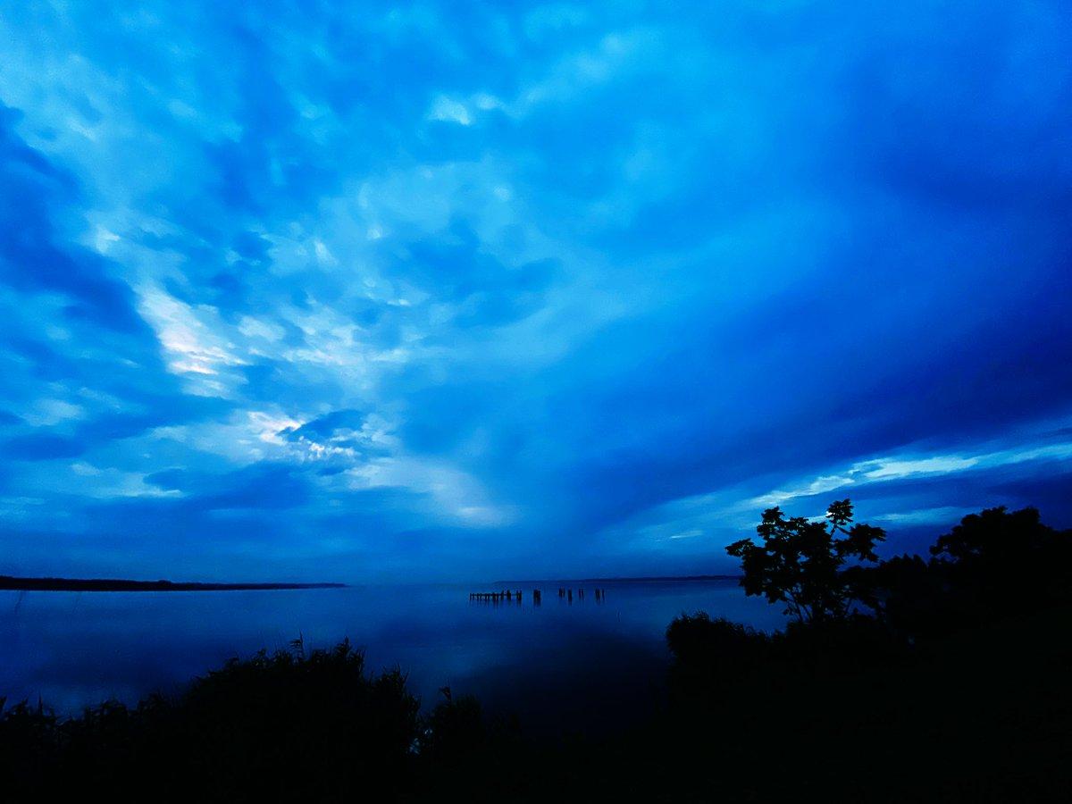 霞ヶ浦朝景(7/10)  おはようございます。 今朝の霞ヶ浦は曇りですが、朝焼けしました。  今日は金曜日。 良い一日になりますように♪  霞ヶ浦朝焼け 撮影時刻4:22〜4:37 曇り、気温23度、南西1m、撮影者0名 https://t.co/EwHgvimNaB