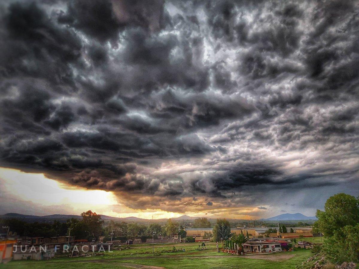 Así  antes de la tormenta de hoy. Las nubes cargadas de dramatismo. #Lluvia #QuedateEnCasa  #Tormenta  #fotografia #FotoDelDía  📷🙋🏻♂️ https://t.co/oUAbRiEddG