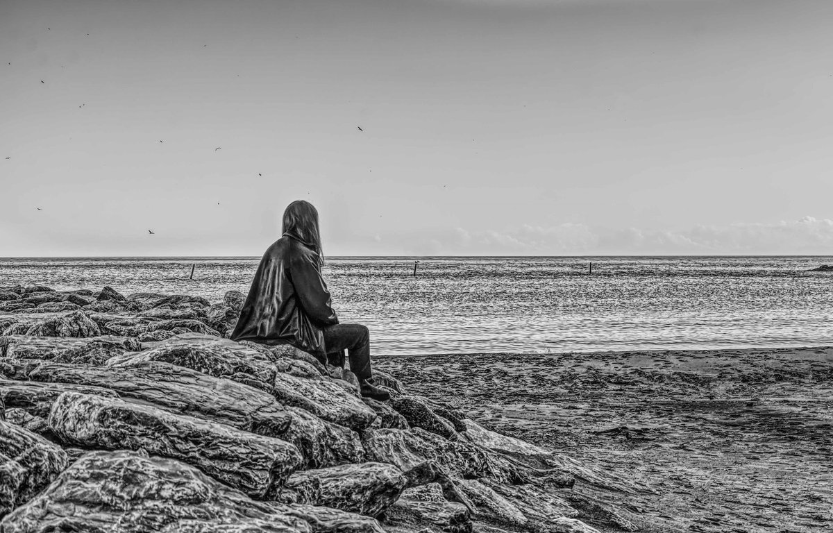 """If you're lonely when you're alone, you're in bad company."" #blackandwhitephotography #blackandwhitephoto #bnw_captures #bnwphotography #beachscapes #beachlife  #monochrome #PhotoMode #photographpic.twitter.com/K5dHWaLrYG"