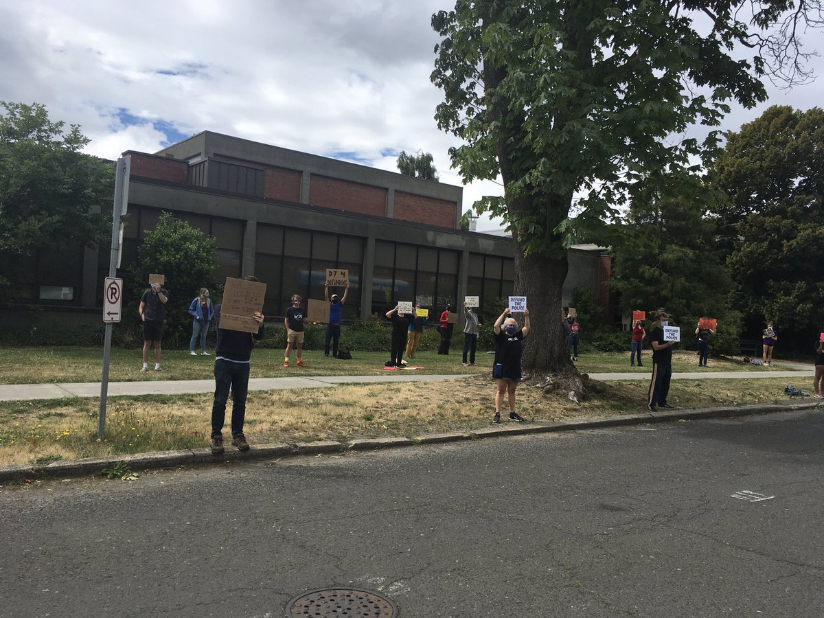 #stand-in protest in Upper Queen Anne #DefundSPD #sociallydistancedprotest #BlackLivesMattter https://t.co/r5XKre6Anz